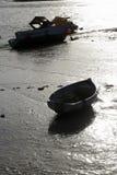 Von hinten beleuchtete Boote bei Ebbe Stockfotografie