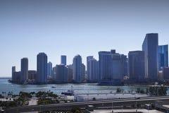 Von hinten beleuchtete Miami-Skyline stockfotos
