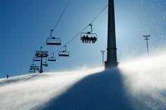 Von hinten beleuchtete Szenen mit Skiaufzugstühlen Lizenzfreie Stockfotografie