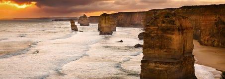 Von hinten beleuchteter goldener Sonnenuntergang mit 12 Aposteln Lizenzfreies Stockbild
