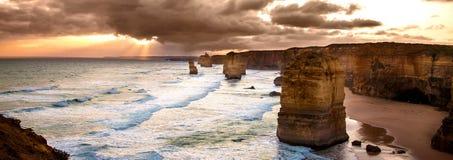 Von hinten beleuchteter goldener Sonnenuntergang mit 12 Aposteln Stockfotos