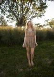 Von hinten beleuchtetes blondes im Sun-Kleid Stockbild