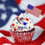 4. von Juli-kleinem Kuchen mit Flagge, besprüht Lizenzfreie Stockbilder