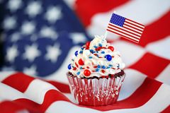 4. von Juli-kleinem Kuchen mit Flagge, besprüht Stockbild