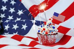 4. von Juli-kleinem Kuchen mit Flagge, besprüht Lizenzfreies Stockfoto