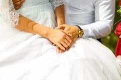 Von liebevollem Paarhändchenhalten Abschluss oben Stockfotografie