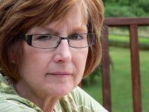 Von mittlerem Alter Frau draußen lizenzfreie stockfotografie