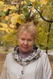 Von mittlerem Alter Frau im Herbstpark lizenzfreies stockbild