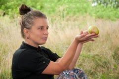 Von mittlerem Alter Frau mit Apfel Stockfoto