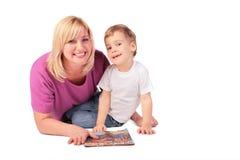 Von mittlerem Alter Frau mit Kind und maga stockfotos