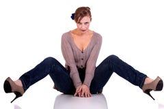 Von mittlerem Alter Frau, sitzend auf dem Fußboden stockfoto