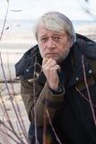 Von mittlerem Alter Mann in dem Meer. Stockfoto