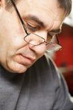 Von mittlerem Alter Mann in den Brillen lizenzfreie stockbilder