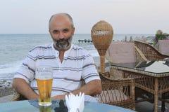 Von mittlerem Alter Mann an einem Tisch lizenzfreie stockfotografie