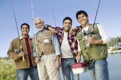 Von mittlerem Alter Mann mit drei Söhnen auf Fischereireise Stockfoto