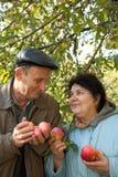 Von mittlerem Alter Mann und Frau stehen mit roten Äpfeln Lizenzfreie Stockfotos