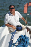 Von mittlerem Alter Seemann auf Bootssegeln Stockfotos