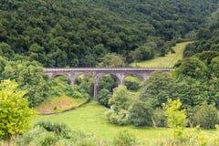 Von Monsals-Kopf überschreitet die Monsals-Spur über Grundstein-Viadukt stockfoto
