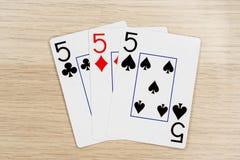 3 von nette fives 5 - Kasino, das Schürhakenkarten spielt lizenzfreie stockfotografie