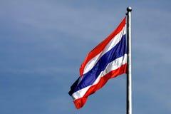 Von thailändischem fahnenschwenkendem Thailand mit Hintergrund des blauen Himmels Lizenzfreie Stockfotos