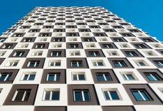 Von unterhalb des Schusses des modernen und neuen Wohngebäudes Foto eines hohen Wohnblocks gegen einen blauen Himmel Stockbilder