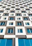 Von unterhalb des Schusses des modernen und neuen Wohngebäudes Foto eines hohen Wohnblocks gegen einen blauen Himmel Stockfotografie