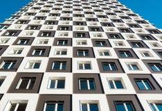 Von unterhalb des Schusses des modernen und neuen Wohngebäudes Foto eines hohen Wohnblocks gegen einen blauen Himmel Lizenzfreie Stockbilder