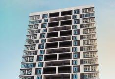 Von unterhalb des Schusses des modernen und neuen Wohngebäudes Foto eines hohen Wohnblocks gegen einen blauen Himmel Stockbild