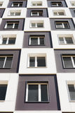 Von unterhalb des Schusses des modernen und neuen Wohngebäudes Foto eines hohen Wohnblocks gegen einen blauen Himmel Lizenzfreie Stockfotografie