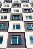 Von unterhalb des Schusses des modernen und neuen Wohngebäudes Foto eines hohen Wohnblocks gegen einen Himmel Lizenzfreie Stockfotografie