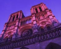 Von unterhalb majestätischer Notre Dame-Kathedrale in Paris stockfotografie