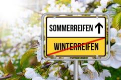 Von Winterreifen Auf Sommerreifen wechseln - Chaning męczy dla kół dla zimy i lata Zdjęcie Royalty Free