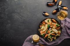 Vongole de los espaguetis, pastas italianas de los mariscos con las almejas y mejillones, en placa con las hierbas en fondo de pi fotos de archivo