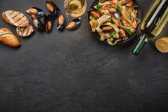 Vongole de los espaguetis, pastas italianas de los mariscos con las almejas y mejillones, en placa con las hierbas y la botella d fotos de archivo