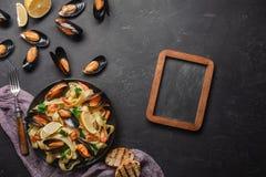 Vongole degli spaghetti, pasta italiana dei frutti di mare con le vongole e cozze, in piatto con le erbe ed il vetro di vino bian fotografie stock libere da diritti