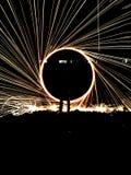 Vonken die in de nachthemel vliegen Stock Afbeeldingen