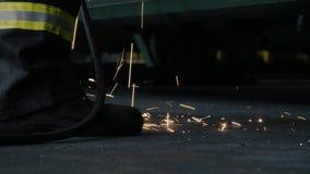 Vonken die van lassen op de vloer vallen stock video