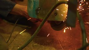 Vonken die van om metaal te snijden het gevolg zijn stock video