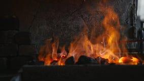 Vonken en vlammen van de brand die in de smidse worden verdeeld stock afbeeldingen