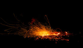 Vonken van de explosie van brandsintels op een zwarte achtergrond Stock Fotografie