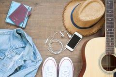 Vont à bord, le plan de vacances avec des espadrilles, le téléphone intelligent et la guitare Images libres de droits