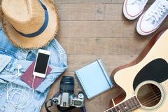 Vont à bord, le plan de vacances avec des espadrilles, le téléphone intelligent, l'appareil-photo et la guitare, à plat configura Image stock