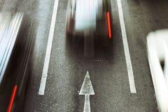 Vont en avant, le mouvement de voiture de vitesse sur la route urbaine photo libre de droits