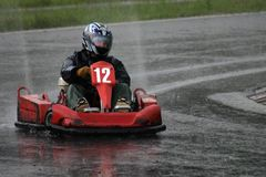 Vont la course de kart sous la pluie Image libre de droits