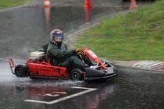 Vont la course de kart sous la pluie images libres de droits