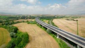 Voo aéreo acima do campo e da ponte Vista aérea em Toscânia em 4K vídeos de arquivo