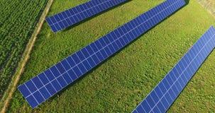 Voo aéreo acima do campo do painel solar no dia ensolarado vídeos de arquivo