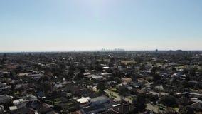 Voo aéreo da metragem do zangão para a skyline da cidade da área suburbana vídeos de arquivo