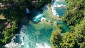Voo aéreo das imagens de vídeo do zangão sobre cachoeiras do parque nacional de Krka, Croácia filme