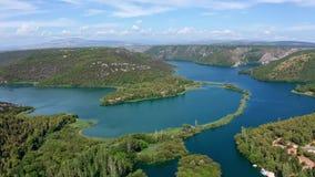 Voo aéreo das imagens de vídeo do zangão sobre cachoeiras do parque nacional de Krka, Croácia video estoque